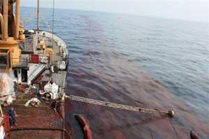 recogiendo petróleo desde un barco