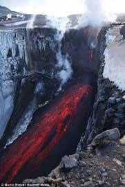 volcán Eyjafjallajoekull, lava cae por acantilado