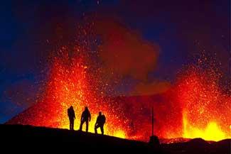 volcán Eyjafjallajoekull, siluetas contra la lava