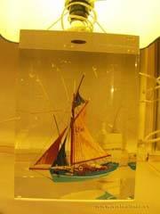 barco de vela incrustado en metacrilato