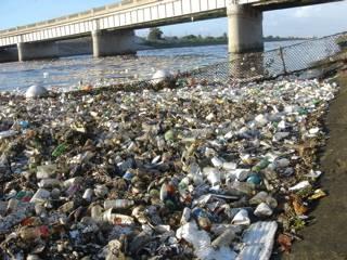 plásticos en la orilla del rio de Los angeles