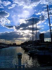 mar de nubes en un puerto