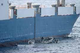 Piratas al costado del MV Faina