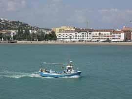 Peñíscola, playa sur y barco pesquero