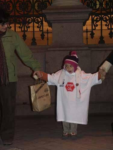 niña con camiseta stop CO2