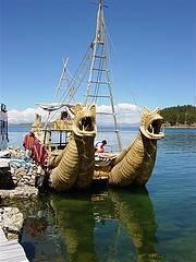Barco indígena de totora en el Lago Titicaca
