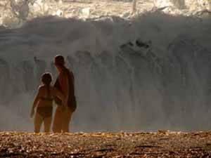 una madre y su hija observa ola del tsunami