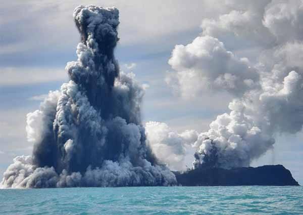 erupción de volcán submarino en Tonga
