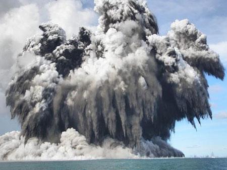 isla - El nacimiento de una isla: Surtsey. Colas-gallo-erupcion-tonga-3