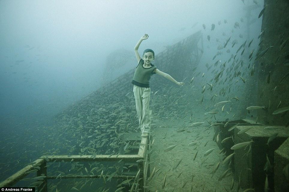 Es sta la atl ntida sumergida vista al mar pe scola for Como se llama el hotel que esta debajo del mar