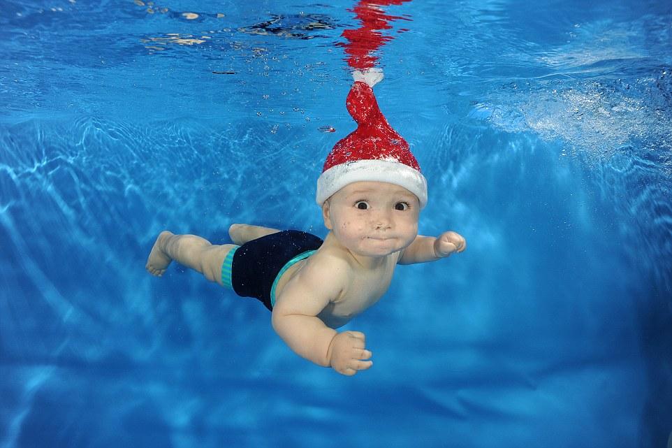 Adorables beb s de navidad en la piscina vista al mar for Piscina bebe con parasol