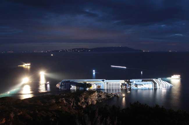 barcos de rescate junto al Costa Concordia