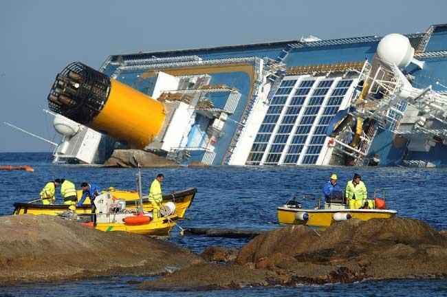 barreras flotantes anti-contaminacion rodean al Costa Concordia