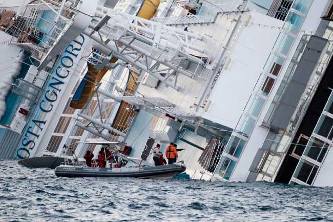 buzos de bomberos inspeccionan el crucero Costa Concordia