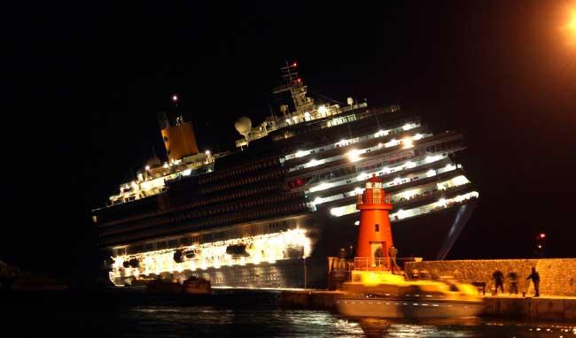 costa-concordia-puerto-giglio-noche