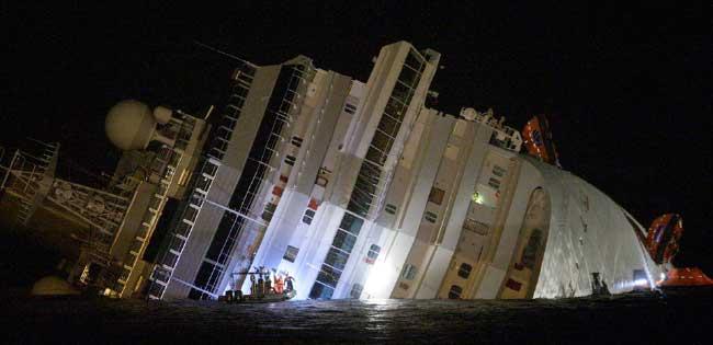 equipos de rescate durante la noche cerca del Costa Concordia