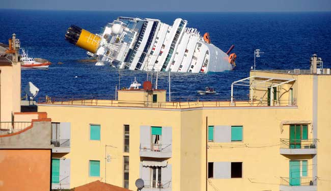 El crucero Costa Concordia encallado en la isla de Giglio