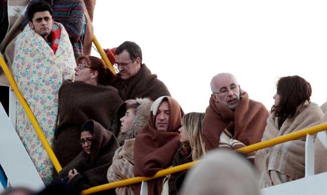 pasajeros del Costa Concordia con mantas