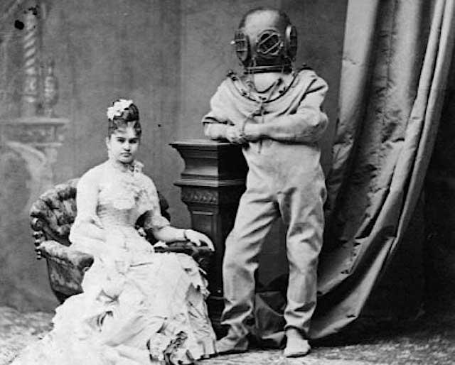 mujer fotografiada con un antigüo buzo
