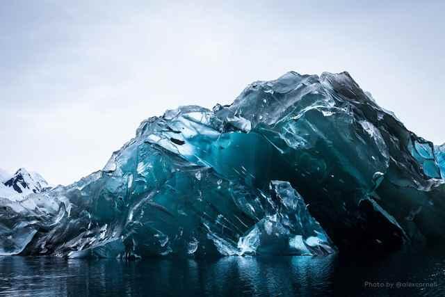 Raras e impresionantes imágenes de un iceberg recientemente volteado