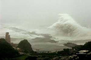 ola gigante sobre la costa