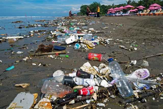 basura plástica en una playa de Bali