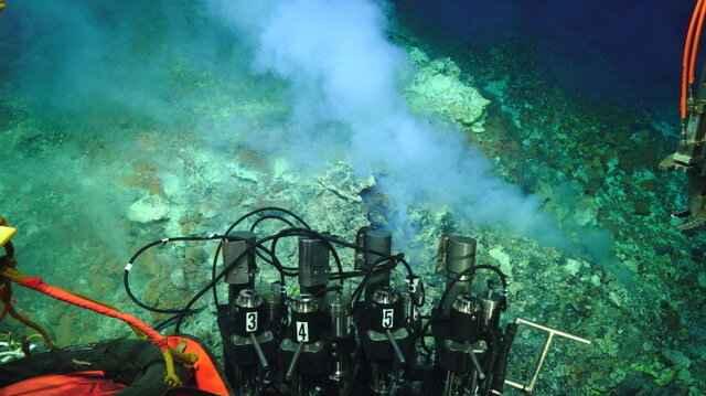 gas magmático en el volcán submarino Brothers