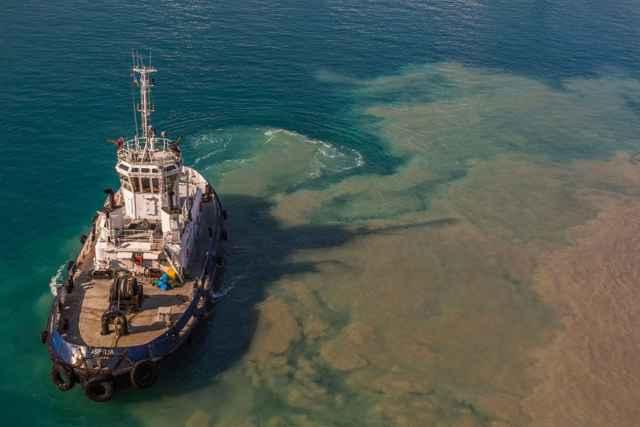 barco agita sedimentos